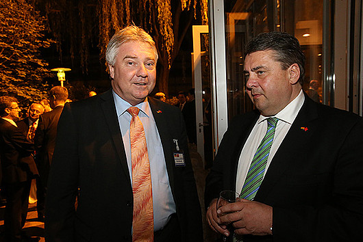 Oliver Winzenried (left) talking to Federal Minister Sigmar Gabriel during the trip to China at the end of April. Photo © Frank Ossenbrink